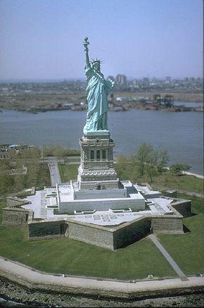 290px-Freiheitsstatue_NYC_full.jpg