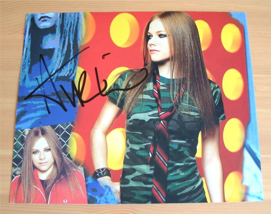 avril-lavigne-hand-signed-10-x-8-inch-colour-photo.JPG
