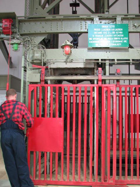 wieliczka_salt_mine_25_elevator.jpg